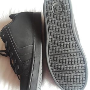 NWOT DC Mens Skateboarding Sneakers